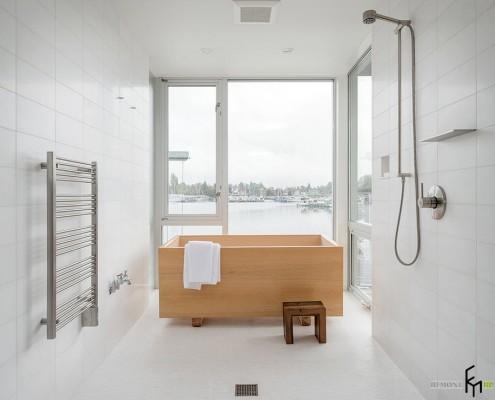 Деревянный стул рядом с ванной