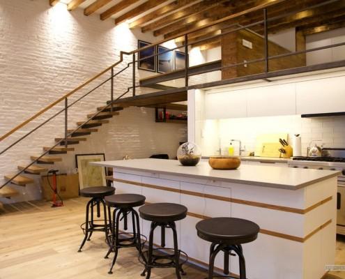 Кухня с лестницей