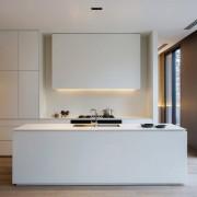 Белоснежная кухня с подсветкой