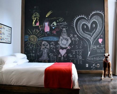 Большая меловая доска в спальне