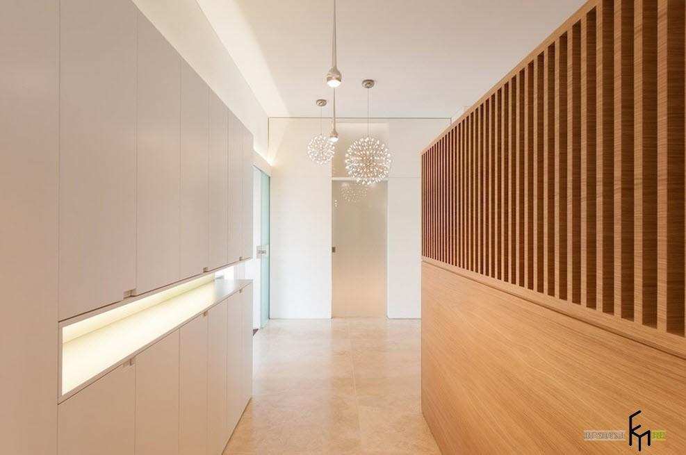 Деревянные панели в коридоре