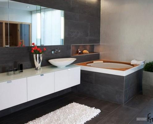Темный кафель в ванной комнате