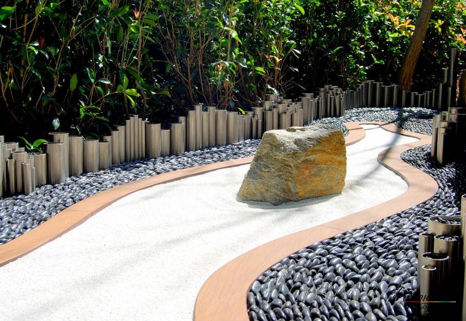 Каменная глыба на белой гальке