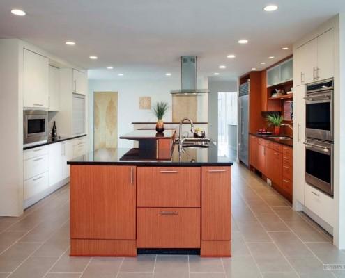 Бежевый кафель на полу кухни