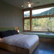 Спальня со смежными окнами