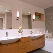 Стена ванной, оформленная мозаикой