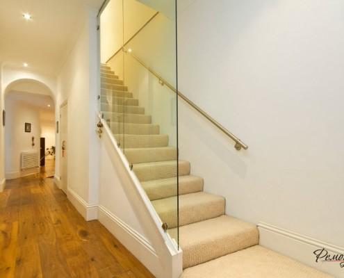 Лестница со стеклянной перегородкой