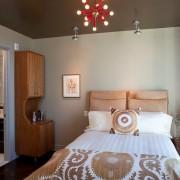 Шарообразная люстра в спальне