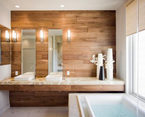 Деревянная панель над раковинами в ванной
