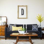 Темный диван и светлые стены