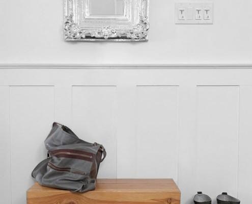Зеркало в серебристой раме в прихожей
