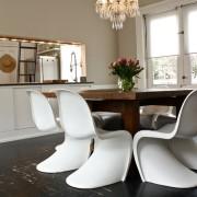 Оригинальные белые стулья