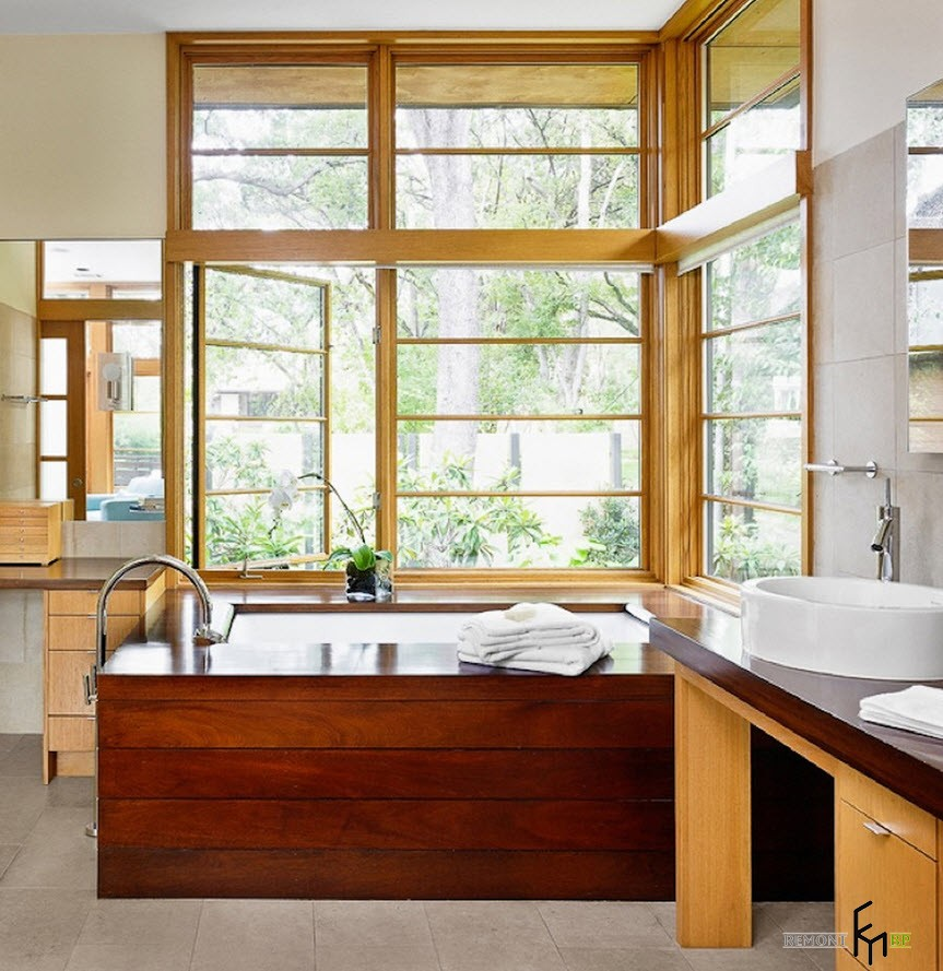 Открытое угловое окно в ванной