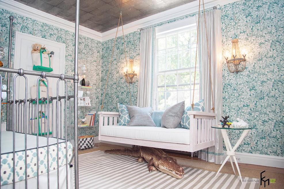 Белая подвесная кровать-диван в спальне