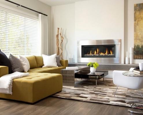 Желтый угловой диван у камина
