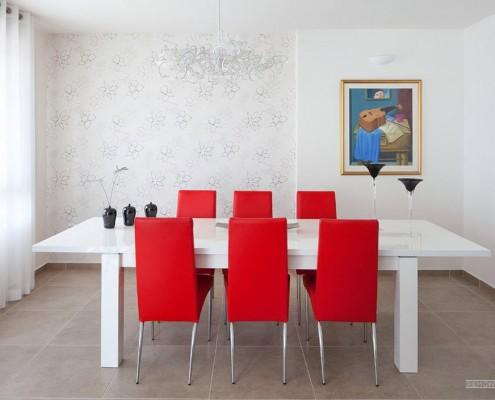 Красные стулья в столовой