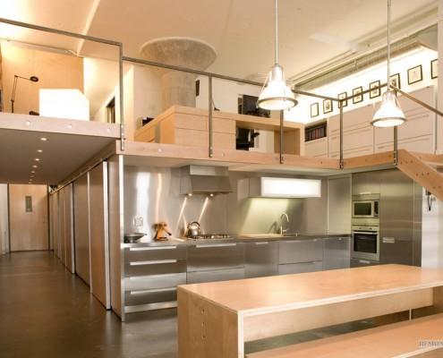 Кухня-прихожая в двухэтажном доме