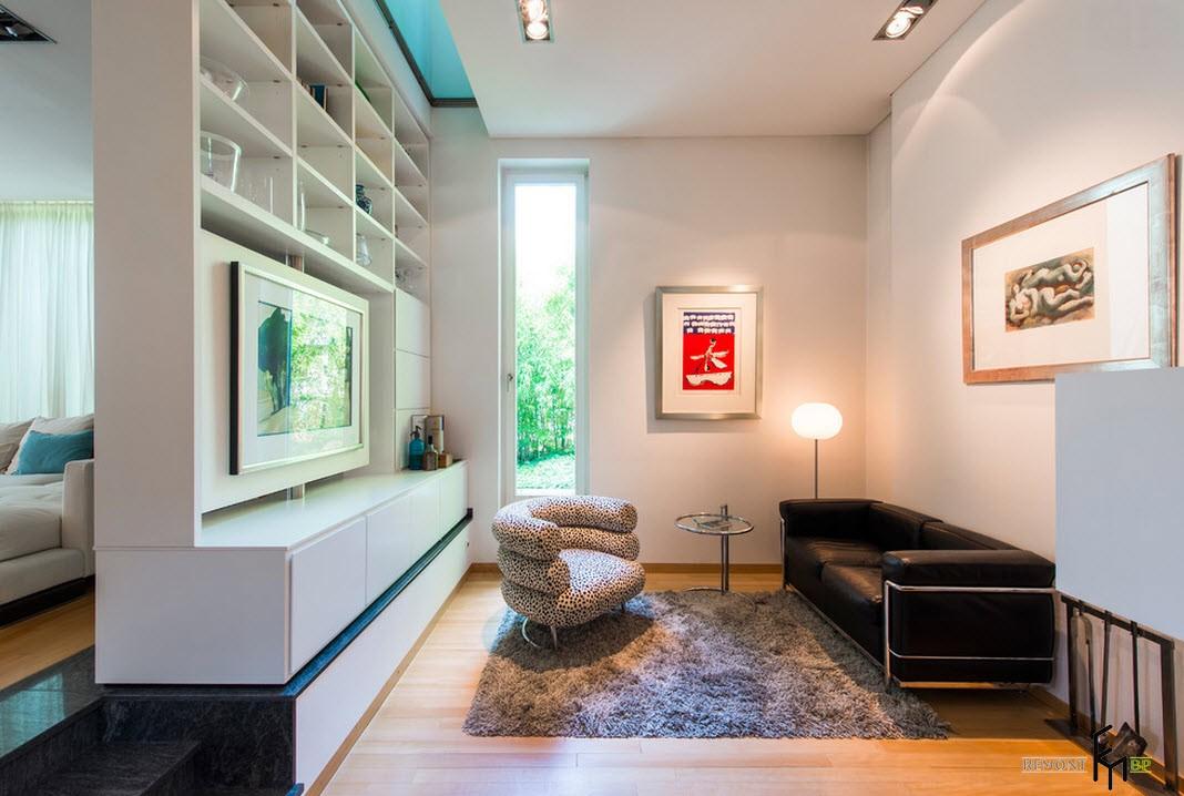 Черный кожаный диван в зале