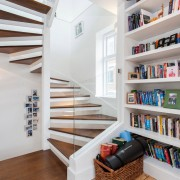 Двухцветная винтовая лестница