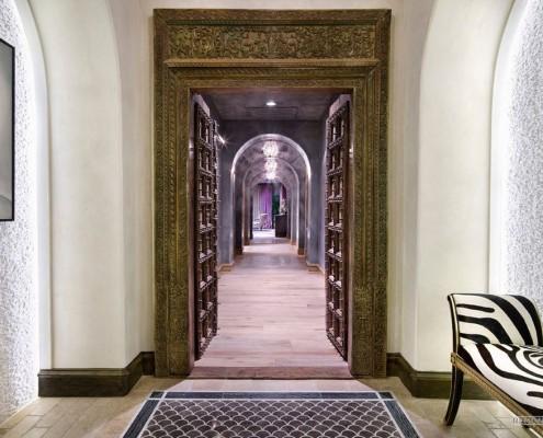 Деревянная резная арка в коридоре