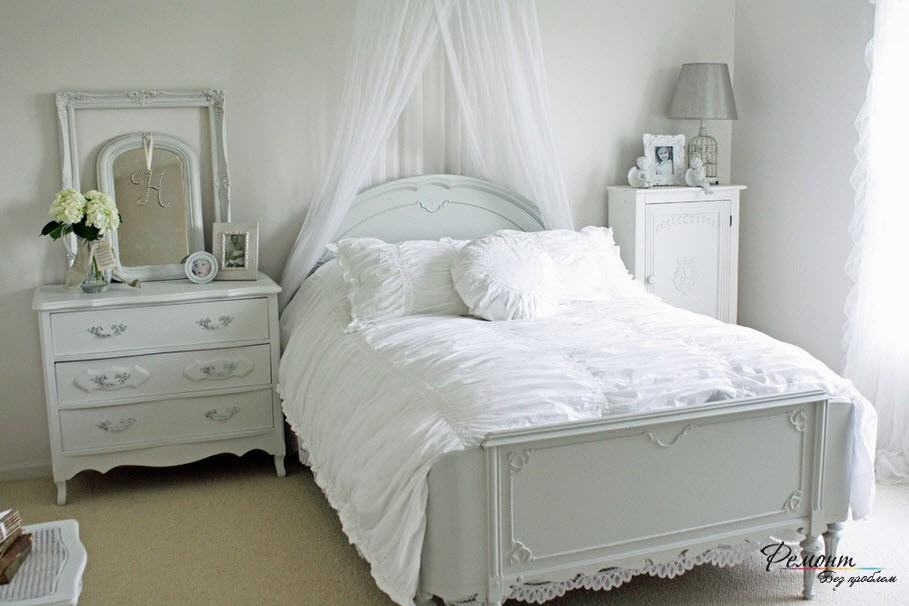 Лёгкий балдахин в изголовье кровати