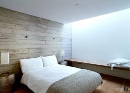 Разноуровневый потолок и два красные кресла