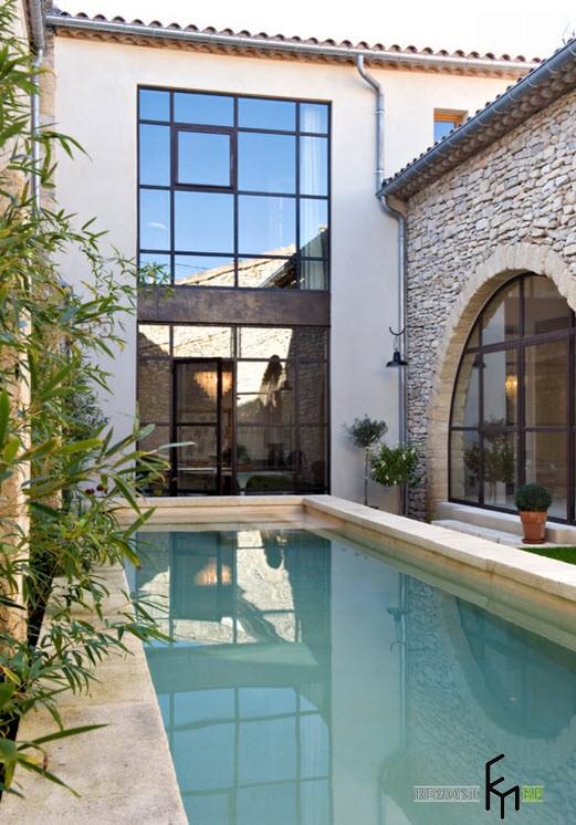 Стеклянная стена во дворе с бассейном