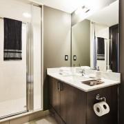 Ванная комната с контрастной мебелью