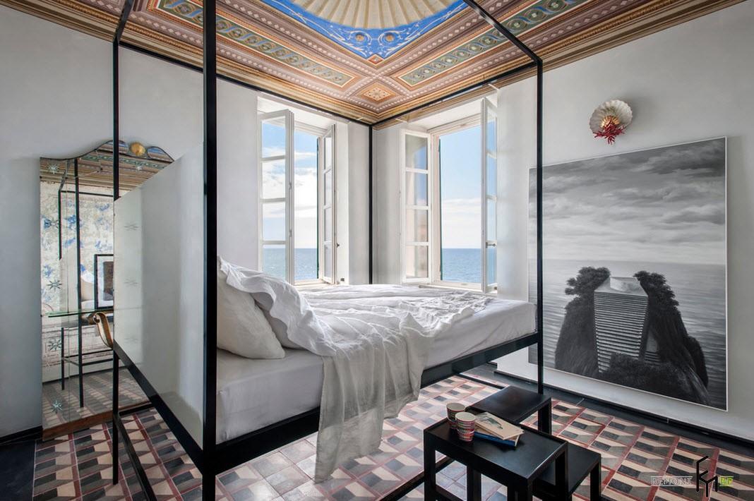 Большие окна и зеркала в спальне