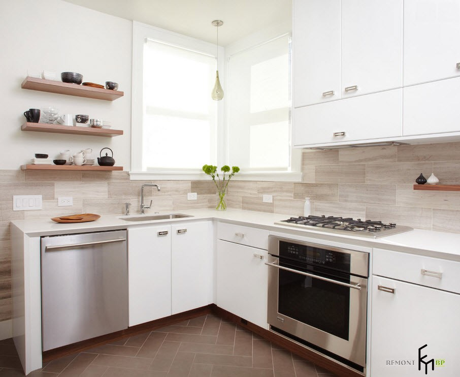 Светлый кафель на кухне
