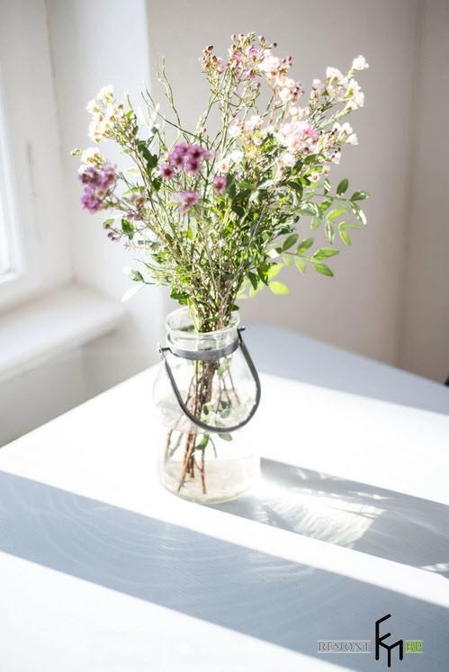 Полевые цветы в простой банке в интерьере