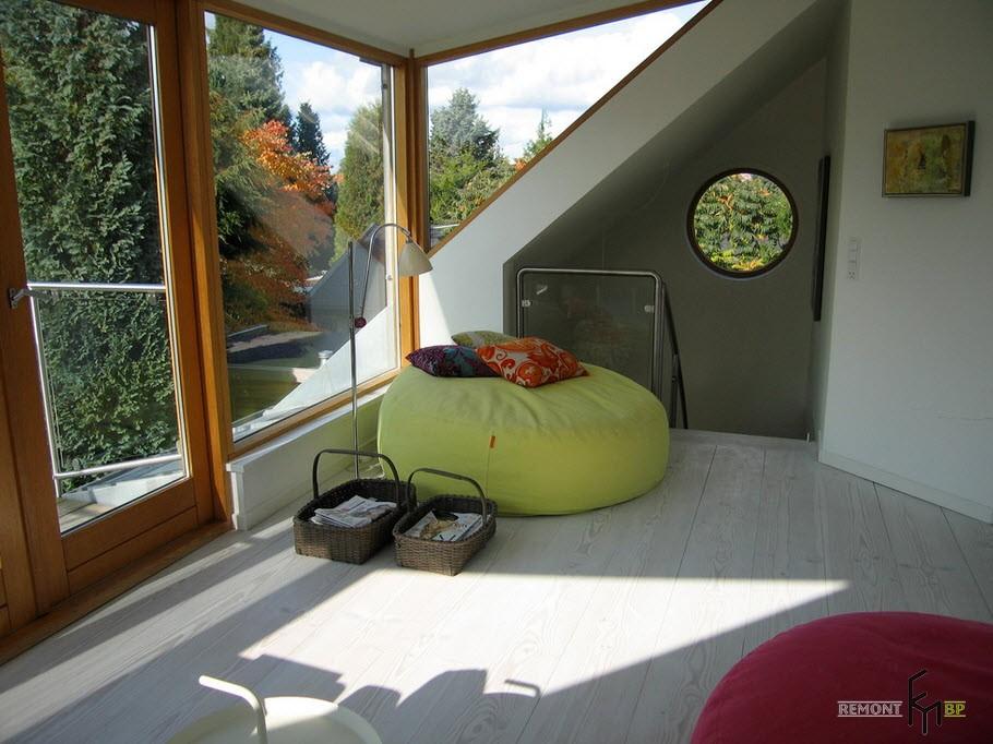 Салатовое кресло-таблетка возле окна
