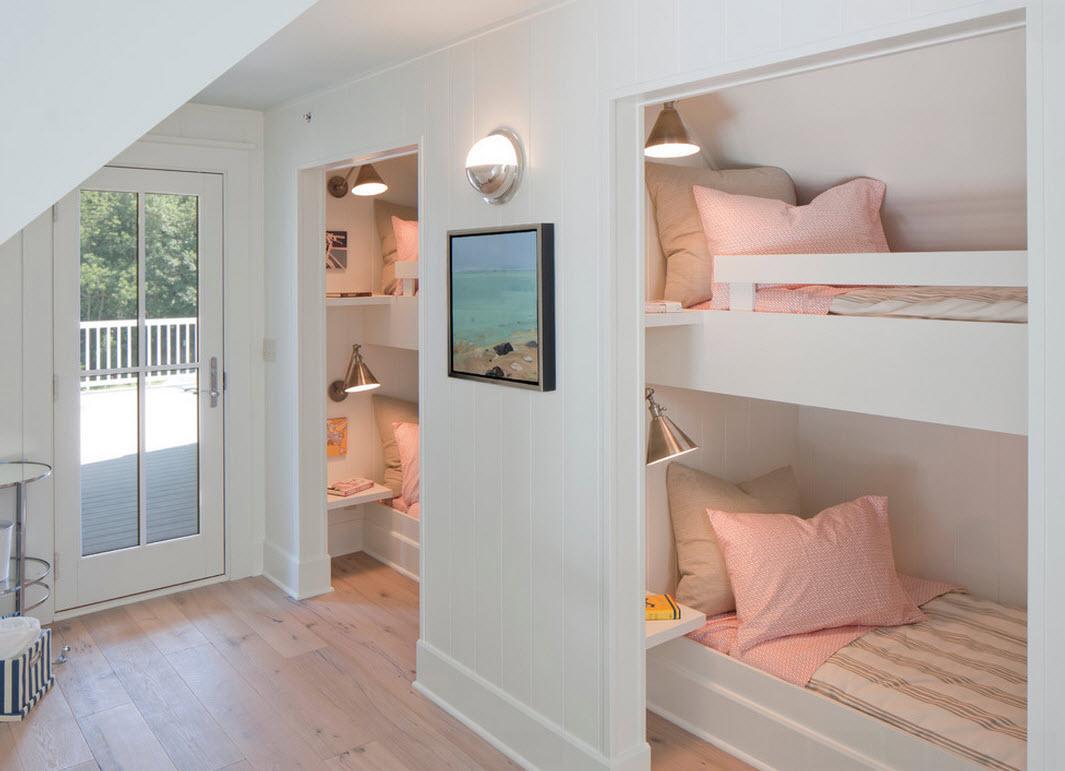 Розовые подушки на двух двухъярусных кроватях