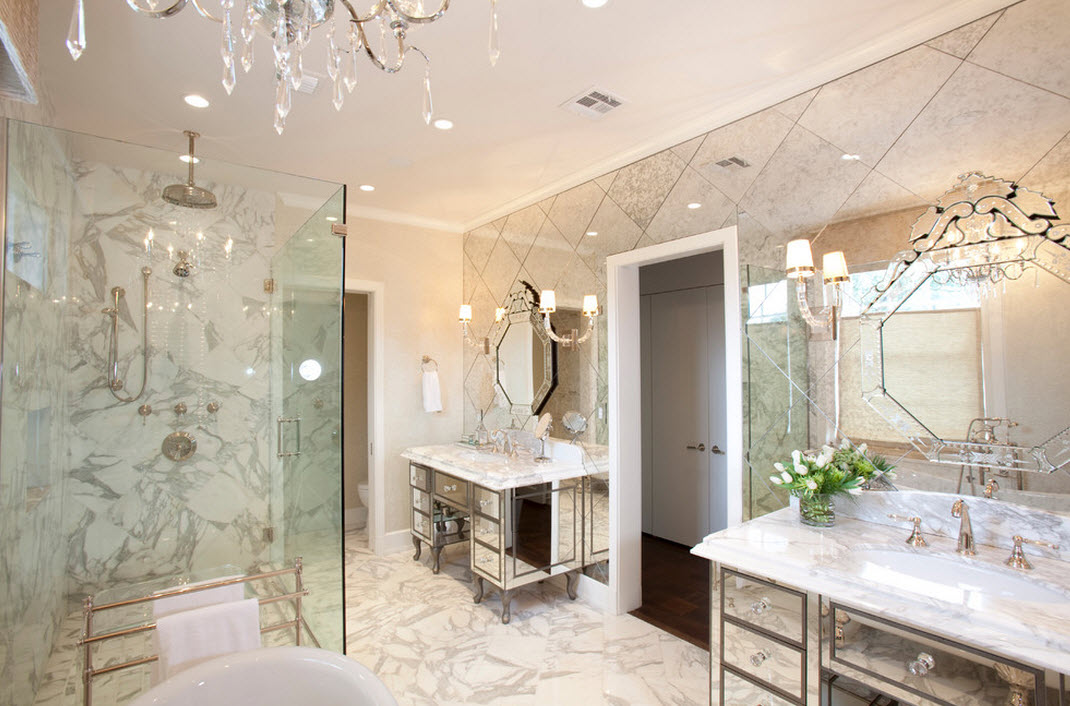 Зеркальная стена из плитки в ванной