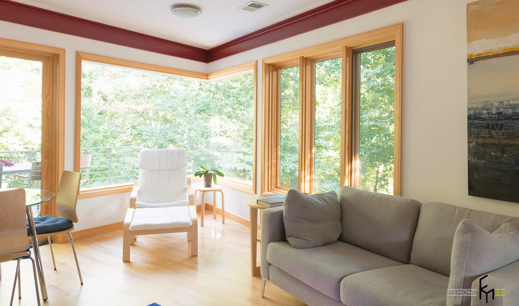 Белое кресло возле углового окна