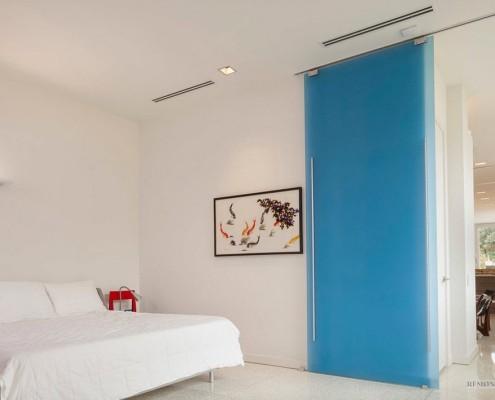Дверь из синего стекла