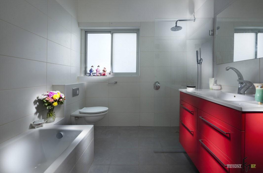 Красный умывальник в ванной