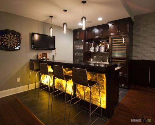 Барная стойка с подсветкой на кухне