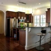 Контрастное оформление кухни-коридора