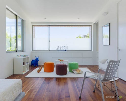 Комбинации белых стен с деревянными поверхностями