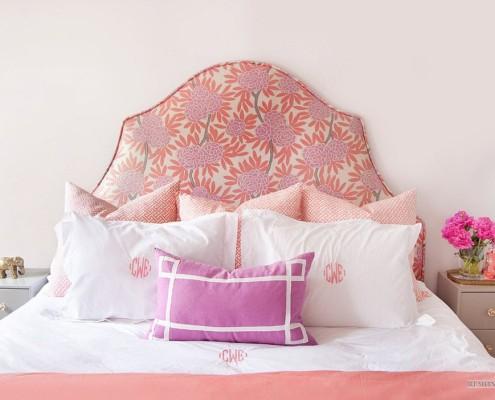 Принтованная розовая ткань в изголовье