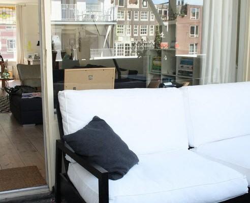Белый диван на лоджии