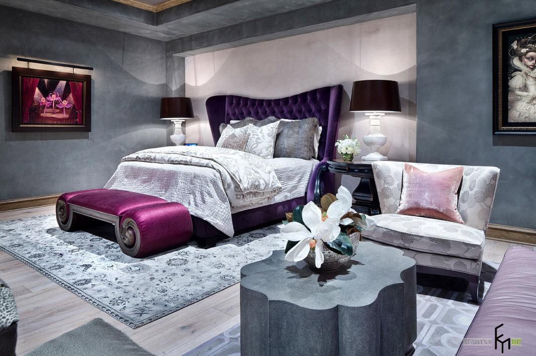 Ярко-розовый пуф возле кровати