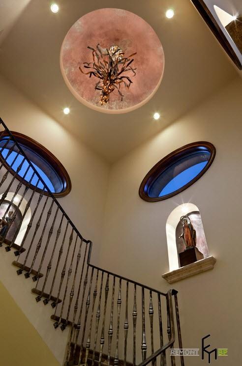 Лестница, оформленная коваными перилами