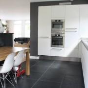 Черный кафельный пол на кухне