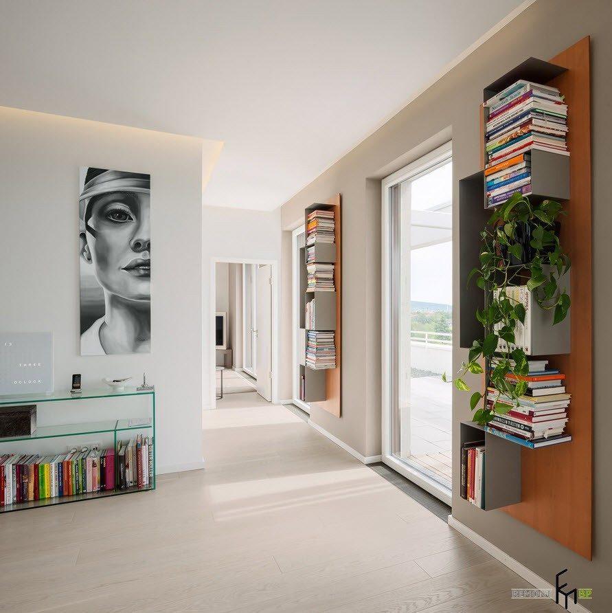 Книжные полки у дверей