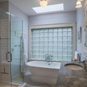 Стеклянные блоки в стене ванной