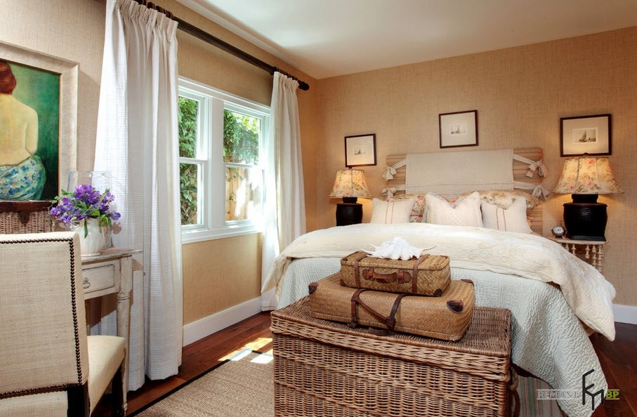Вытянуть потолок в высоту можно, разместив шторы на расстоянии 40 - 50 см от окна