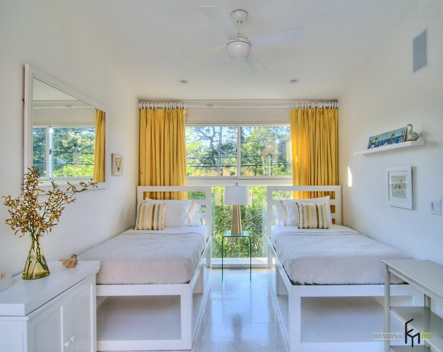 Жёлтые шторы и большое окно