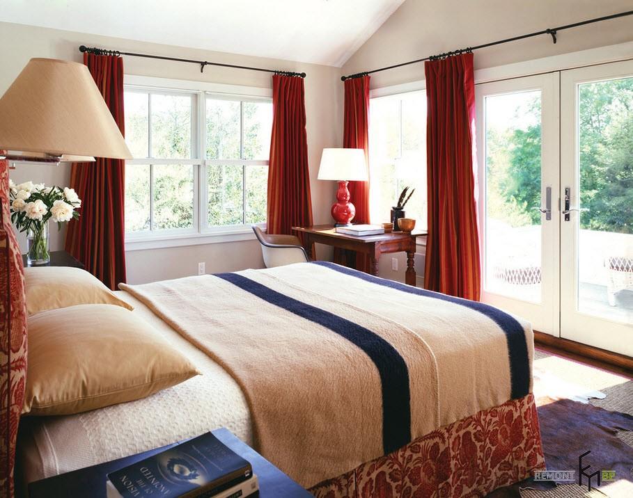 Красные шторы и панорамная дверь